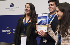 Pige foran computer i færd med at starte Generation Euro Students' Award